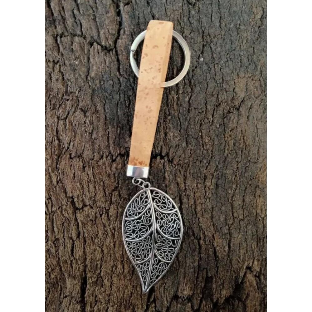 Porte-clé en liège naturel avec pendentif métalique feuille d'arbre.