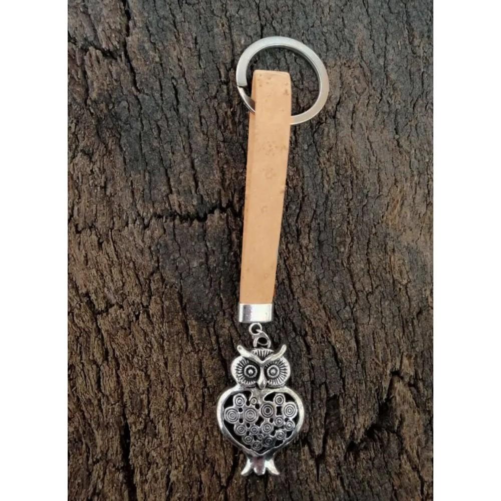 Porte-clé en liège naturel avec pendentif métallique en forme de chouette.