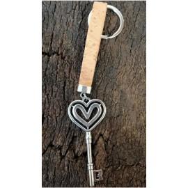 Porte-clé en liège naturel avec pendentif métallique en forme clé coeur