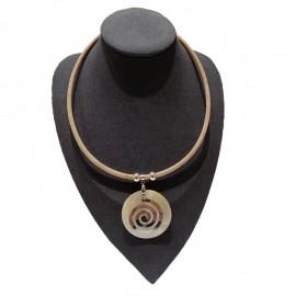 Collier liège avec cercle de nacre, motif spirale.