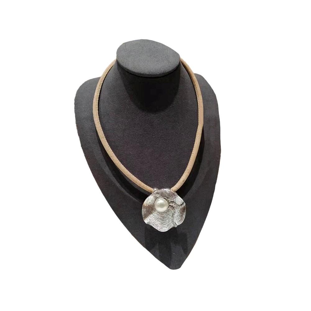 Collier liège avec perle dans une coquille de métal