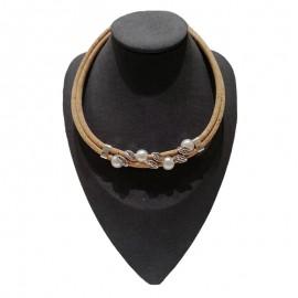 Collier liège avec perles et feuilles de métal.