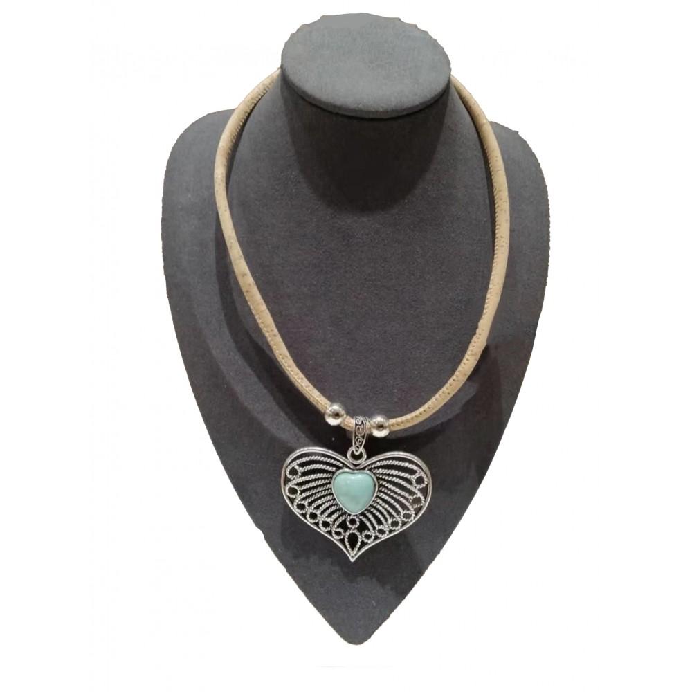 Collier liège avec grand coeur de métal et pierre turquoise centrale.