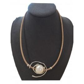 Collier liège avec perle ornée de fils métalliques