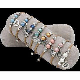 8 bracelets en liège naturel avec 5 perles centrées, accompagné d'un pendentif.
