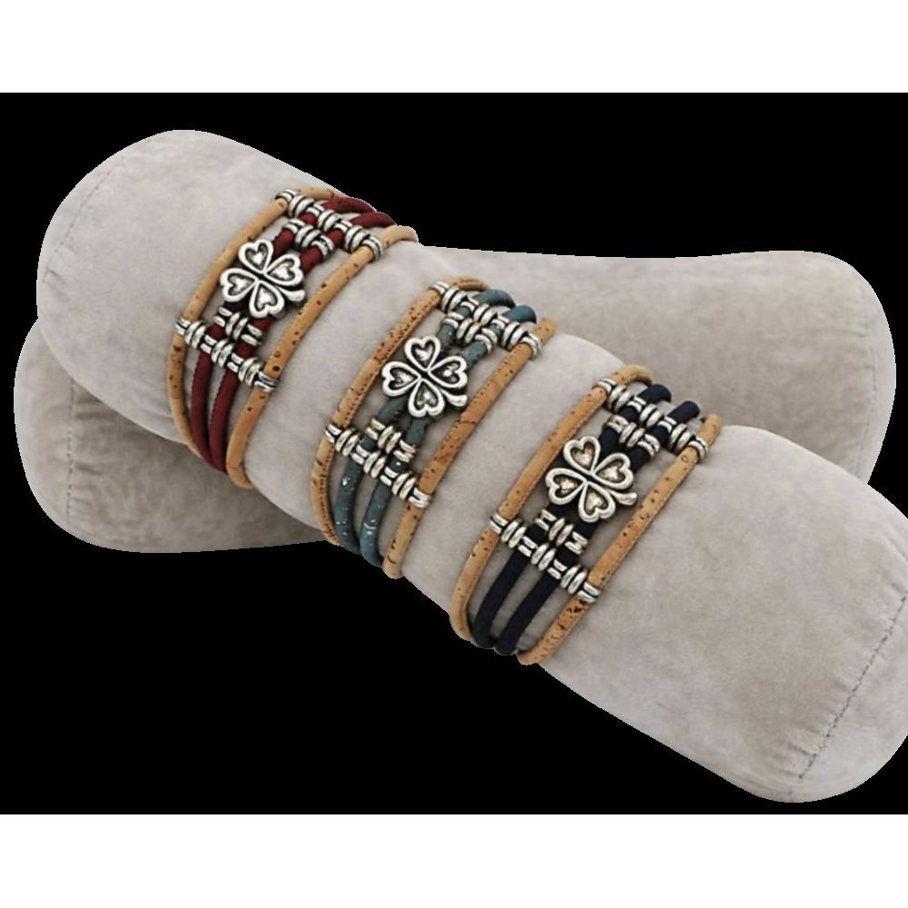 3 bracelets liège naturel avec une pièce métallique en forme de trèfle.