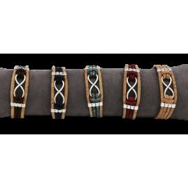 5 bracelets liège naturel avec une pièce métallique en forme d'infini.