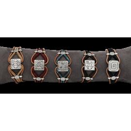 5 bracelets liège naturel avec une pièce métallique carré sculptée.
