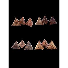 Assortiment de 12 porte-monnaie triangulaire en liège naturel avec motifs variés.