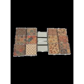 Assortiment de 12 boites à cigarettes en liège naturel avec motifs variés.