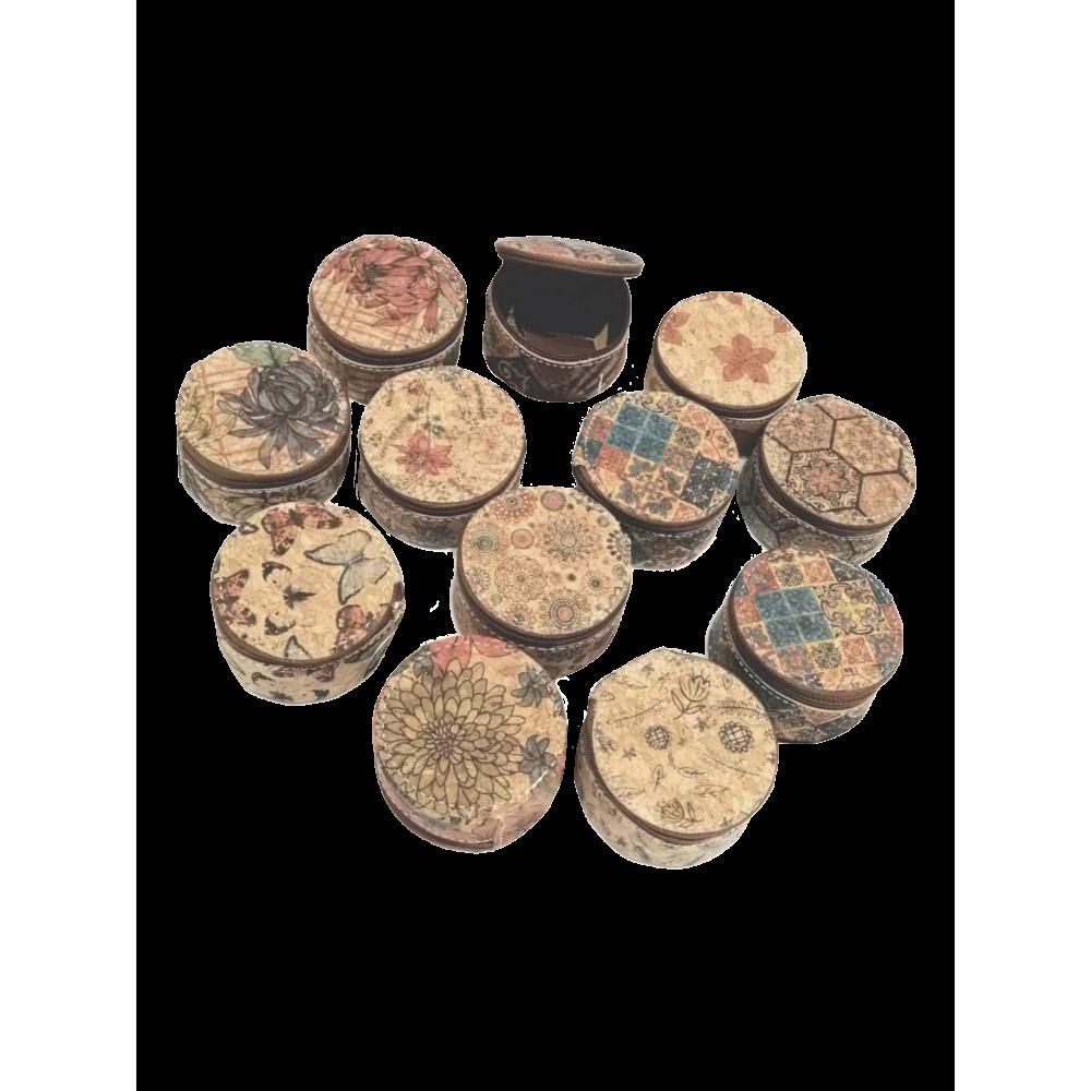 Assortiment de 12 porte-monnaie rond en liège naturel avec motifs variés.
